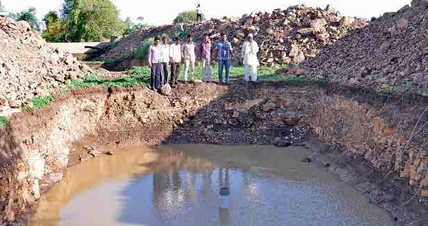 Medsinga, Tal. Dist. Osmanabad: Cement bunds were dug deeper and 'recharge shafts' were created inside them, which has resulted in water levels being recharged.